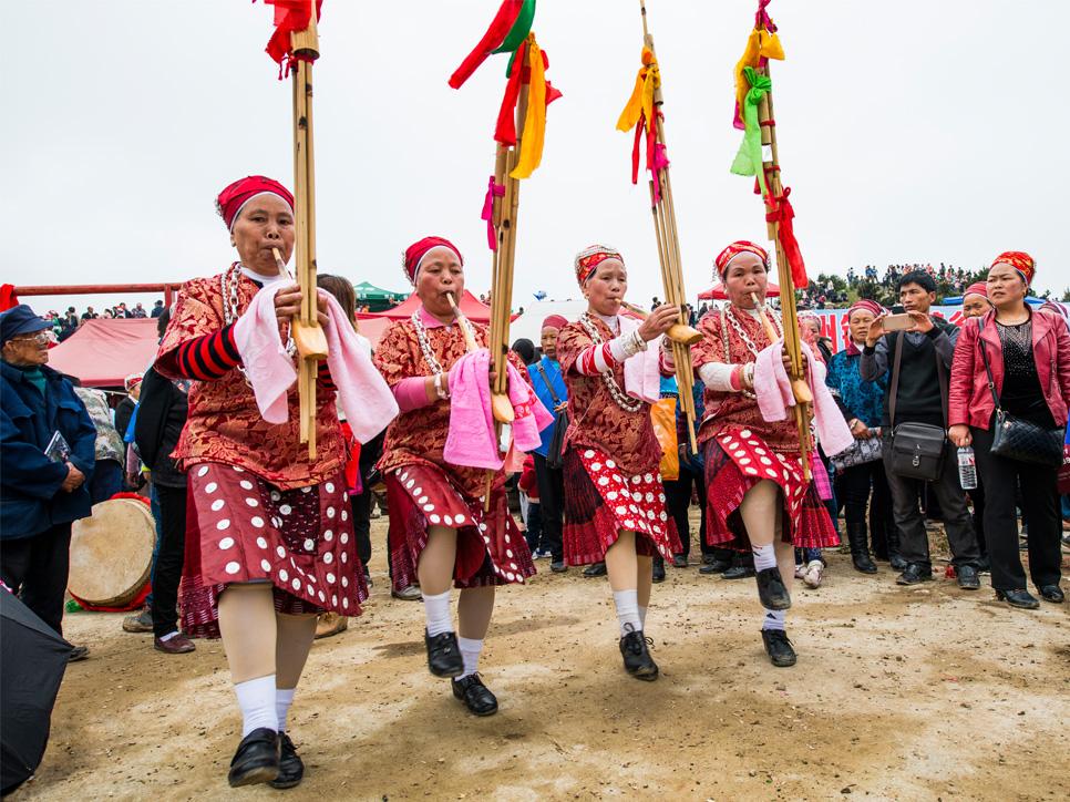 白保坡三月芦笙会组委会负责人黄光文告诉记者,白保坡的三月芦笙会为期三天,在会期,除了有民族歌舞表演外,还有吹奏芦笙表演、赛马、斗牛、斗鸟等传统项目表演,每年都吸引黄飘本村及周边乡镇60多个村的村民参与活动,斗牛项目还有凯里及广西的爱好者组队参加。 今年活动的第一天恰逢周末,连续几天的大雨也在清晨停了下来,蓝天白云,绿草茵茵,暖风拂面,空气清新,前来看会的人特别多。这不,诱人的狗肉汤锅刚刚架起,人们便三五成群围拢了过来,生怕占不到位置;花花绿绿的玩具、糖果、手饰等小商品琳琅满目,价格便宜,刚摆在地上立即就吸